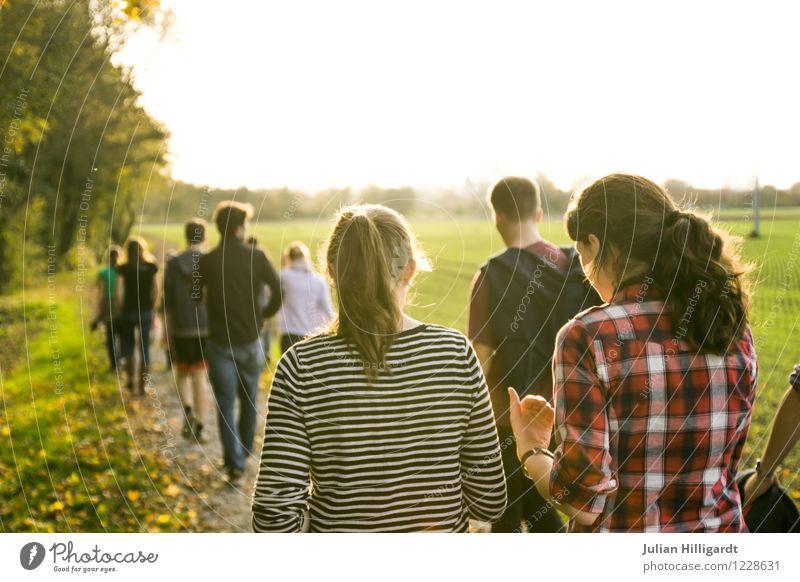 sonnen spaziergang Mensch Natur Jugendliche Sommer Sonne Landschaft Freude Ferne 18-30 Jahre Erwachsene Umwelt sprechen Glück Freiheit Menschengruppe Lifestyle
