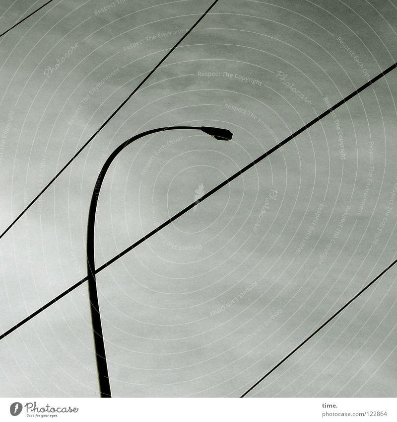 Die Vermessung des Himmels in der Großstadt Lampe Laterne Straßenbeleuchtung Wolken Draht Schnur Elektrizität diagonal Unwetter Neigung geradeaus quer