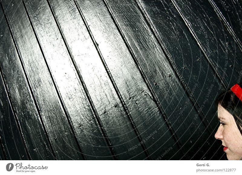 Bescheinigung Licht Sonnenstrahlen bestrahlen rund schwarz Holz glänzend diagonal Frau neutral schön Haarreif rot Sommersprossen schwarzhaarig Platz