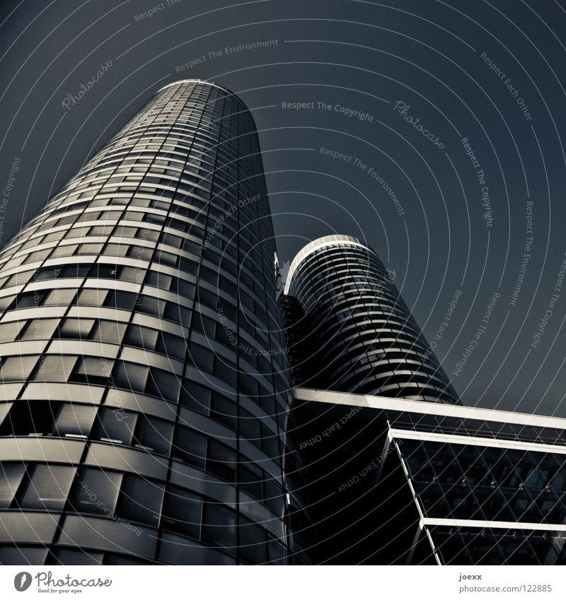 Höher Himmel blau weiß Stadt Einsamkeit dunkel Fenster Wand Gebäude Business Linie Arbeit & Erwerbstätigkeit Glas Fassade hoch