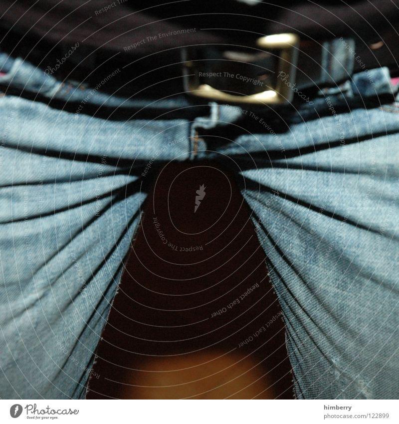 schritt im tritt Hose Gürtel Bekleidung gehen Tasche Schnalle anziehen entkleiden Dame Beine Jeanshose laufen schreiten Mode