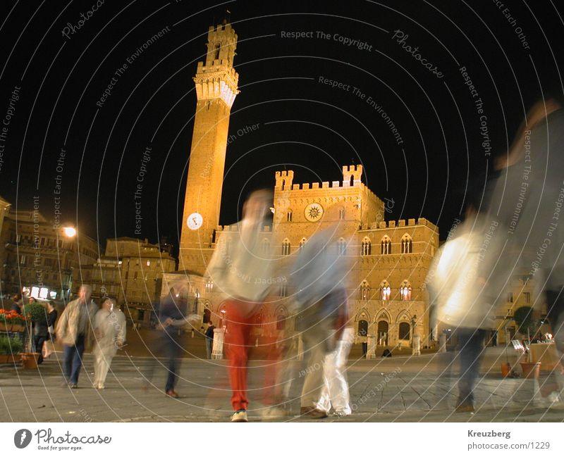 Siena, Piazza del Campo bei Nacht Italien Toskana Nachtaufnahme Platz Unschärfe Rathaus Club Mensch