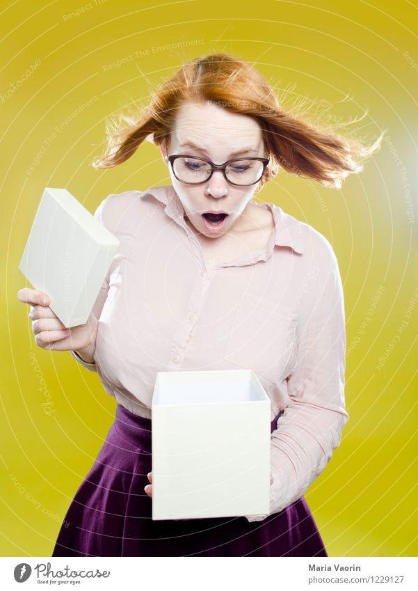 Überraschung! Mensch Jugendliche Junge Frau Freude 18-30 Jahre Erwachsene feminin lustig Lifestyle Geburtstag Wind verrückt Geschenk kaufen Brille Neugier