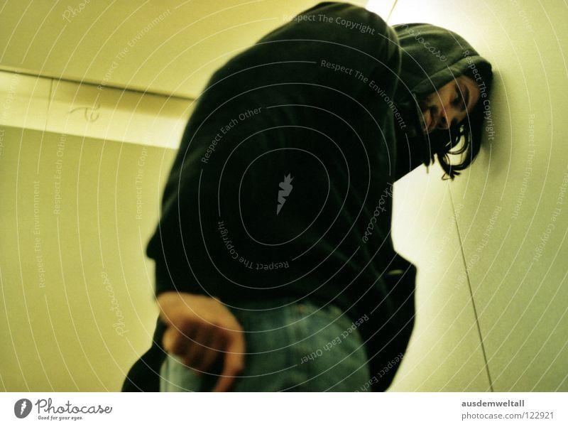::°II:: maskulin Mann Porträt Kapuze schwarz Bart Fahrstuhl Licht grün beige analog Wand Hand Finger Hose anlehnen Mensch Gefühle Blick Gesicht ruhig 50mm Scan