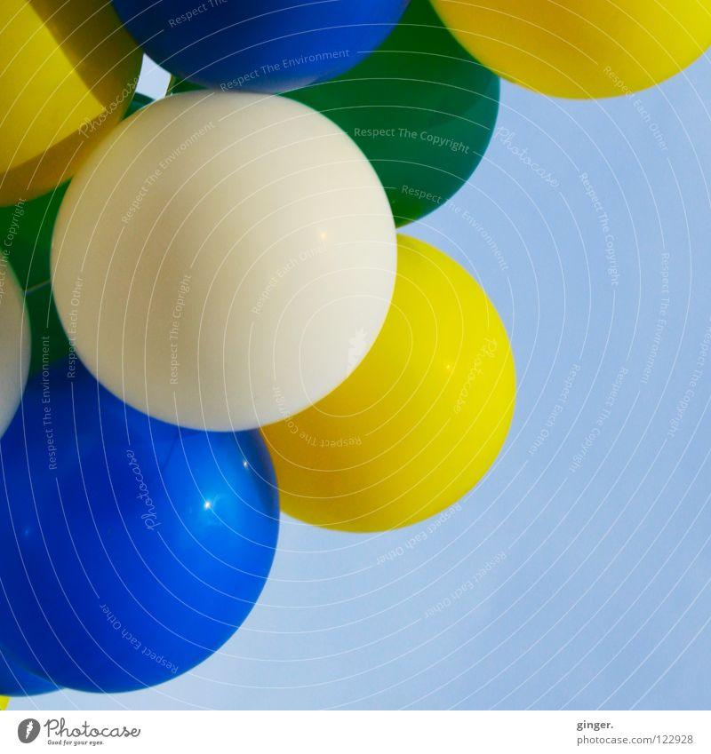 Luftballons am Himmel Freude Feste & Feiern Karneval Fröhlichkeit rund blau gelb Farbe weiß grün Hintergrund neutral Textfreiraum rechts Blauer Himmel