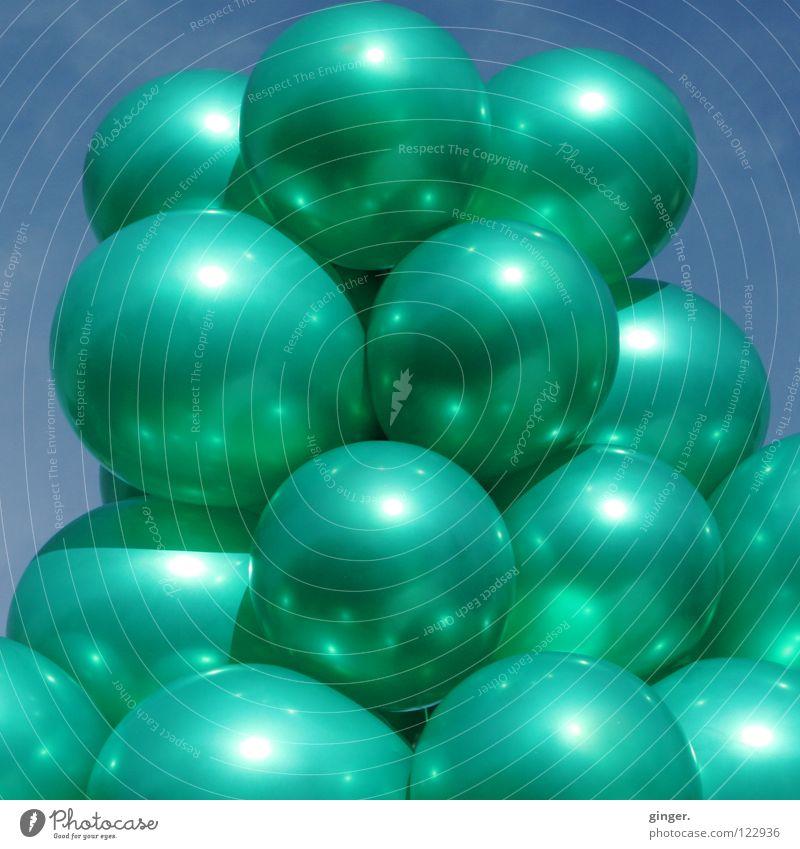 Noch mehr grüne Luftballons Himmel Metall glänzend groß mehrere türkis voll Weintrauben aufgeblasen zusammengebunden