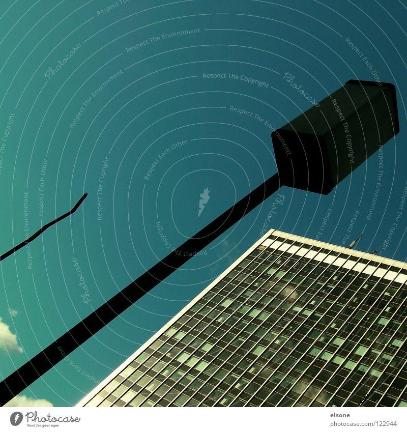 ::SCHRÄGLAGE.. Himmel blau Stadt Wolken Haus schwarz kalt dunkel Leben Fenster Freiheit oben grau Stein Gebäude