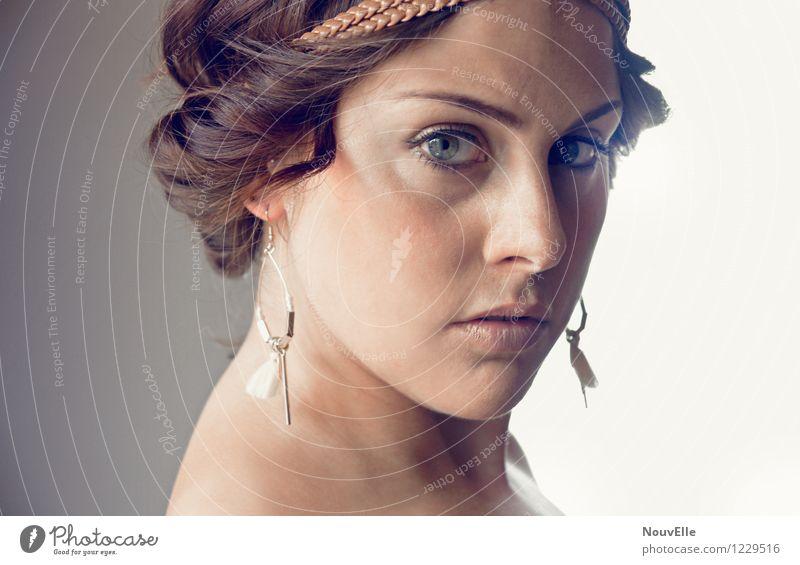Unterwegs Frau Porträt grüne augen Ohrringe Beautyfotografie Gesichtsausdruck Erwachsene Kaukasier Blick