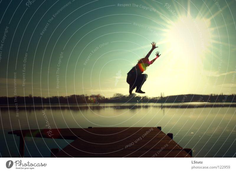 try to reach Jugendliche Sonne Freude Junge Frau Glück See springen Arme Zufriedenheit hoch Ziel Seeufer Lebensfreude Steg Schweben Versuch