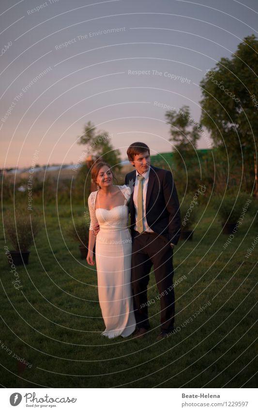 Gute Aussichten Lifestyle Hochzeit Paar Partner Natur Sonnenaufgang Sonnenuntergang Baum Sträucher Park Mode Kleid Anzug Liebe leuchten natürlich grün schwarz