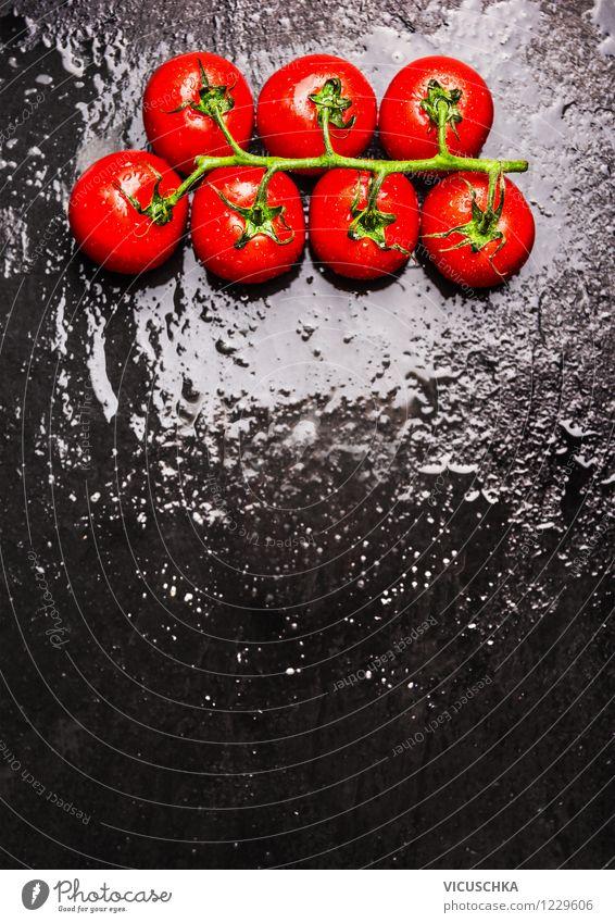 Tomaten auf nassem schwarzem Hintergrund Lebensmittel Gemüse Ernährung Mittagessen Abendessen Bioprodukte Vegetarische Ernährung Diät Restaurant Natur Design