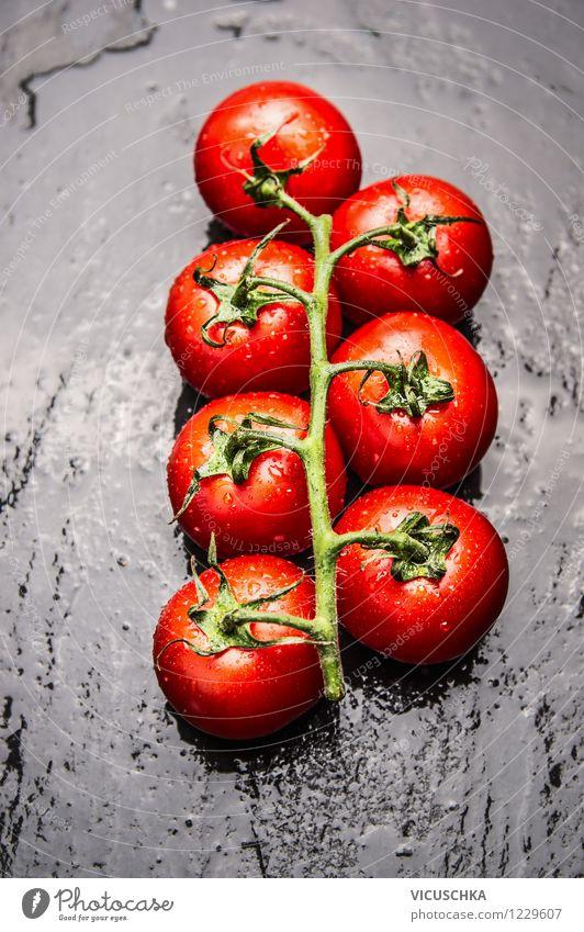 Frische Tomaten auf schwarzem Hintergrund Wasser rot Gesunde Ernährung Leben Stil Essen Foodfotografie Garten Lebensmittel Design frisch Tisch Wassertropfen