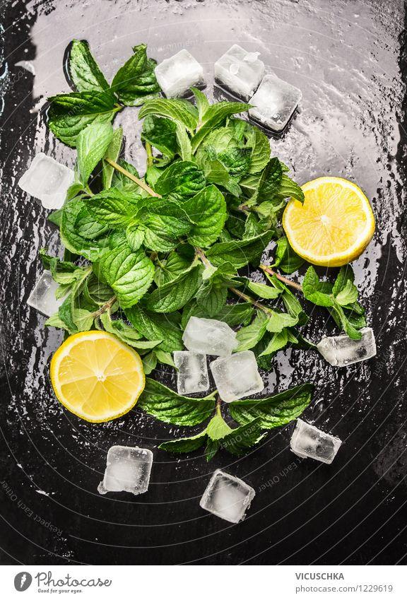 Minze , Zitrone und Eiswürfel für ein Erfrischungsgetränk Sommer Wasser Gesunde Ernährung schwarz kalt Leben Stil Lebensmittel Frucht Design Tisch Getränk