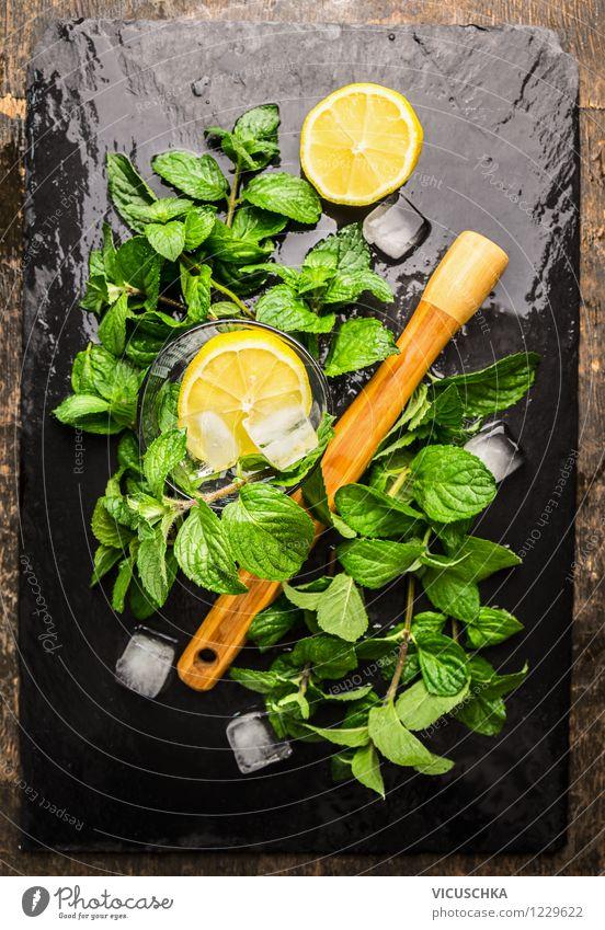 Minze,Zitrone und Eiswürfel für Limonade Lebensmittel Frucht Kräuter & Gewürze Bioprodukte Getränk Longdrink Cocktail Stil Design Sommer Tisch gelb Duft mint