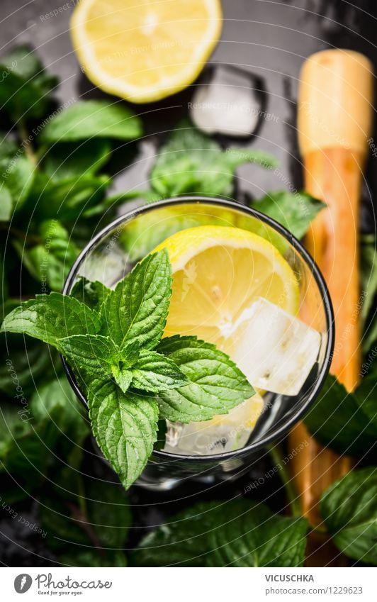 Zutaten für Limonade oder Cocktails - Minze,Zitrone und Eis dunkel Stil Lebensmittel Design Glas Tisch Getränk nass Bar Erfrischung Alkohol Zitrone Cocktail Erfrischungsgetränk Zutaten mischen