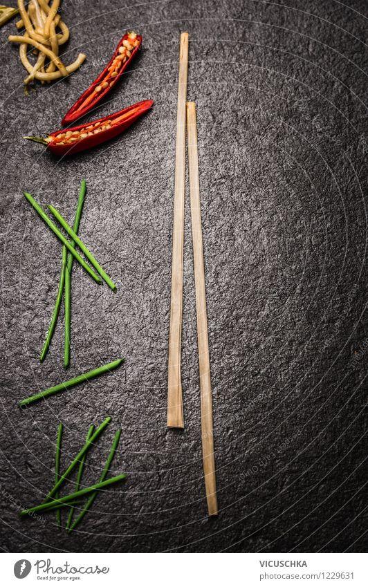 Asiatische Küche auf schwarzem Hintergrund von VICUSCHKA. Ein ...