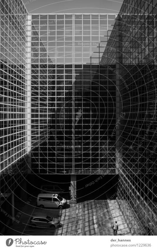 rational 1 Mensch Architektur Hochhaus Bankgebäude Bauwerk Gebäude Fassade Beton Glas Metall Kreuz ästhetisch eckig gigantisch hässlich kalt Schwarzweißfoto