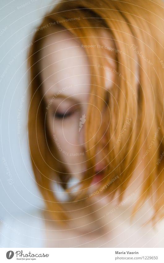 Unscharfe Schärfe Mensch Jugendliche Junge Frau Erholung Einsamkeit ruhig 18-30 Jahre Erwachsene Traurigkeit Gefühle natürlich feminin Stimmung träumen genießen