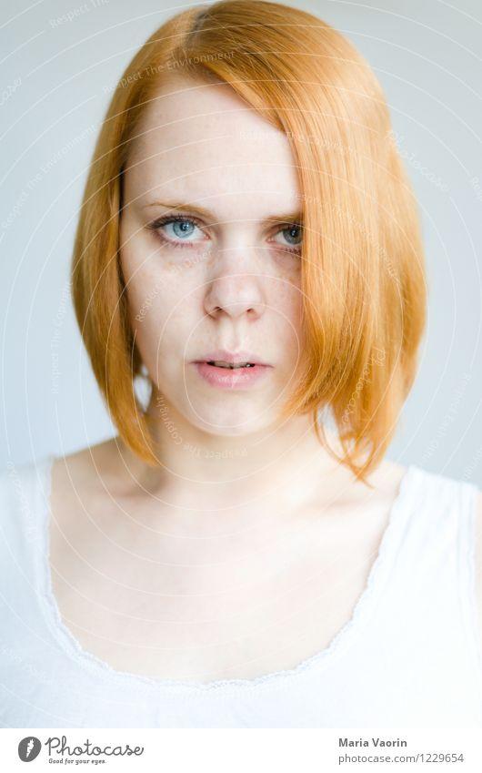Ernst Mensch feminin Junge Frau Jugendliche 1 18-30 Jahre Erwachsene T-Shirt rothaarig langhaarig authentisch hell natürlich Kraft Macht Selbstbeherrschung