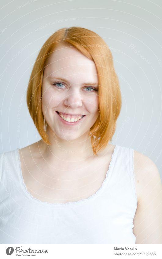 Rotschopf Mensch feminin Junge Frau Jugendliche 1 18-30 Jahre Erwachsene T-Shirt rothaarig langhaarig Scheitel Lächeln leuchten authentisch Freundlichkeit