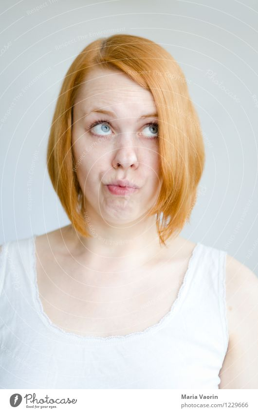 Mmhhh... feminin Junge Frau Jugendliche 1 Mensch 18-30 Jahre Erwachsene T-Shirt rothaarig langhaarig beobachten Denken Blick authentisch frisch hell schön