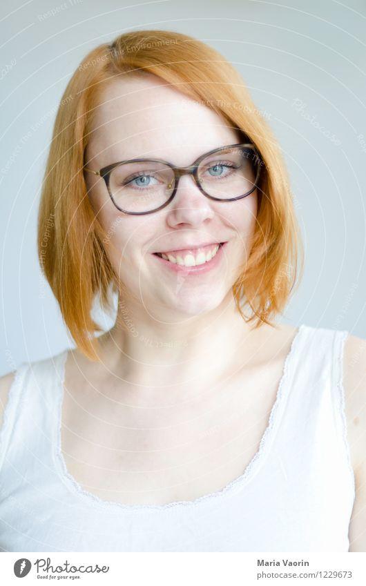 Grins Mensch feminin Junge Frau Jugendliche 1 18-30 Jahre Erwachsene T-Shirt Brille rothaarig langhaarig Lächeln authentisch Freundlichkeit Fröhlichkeit Glück