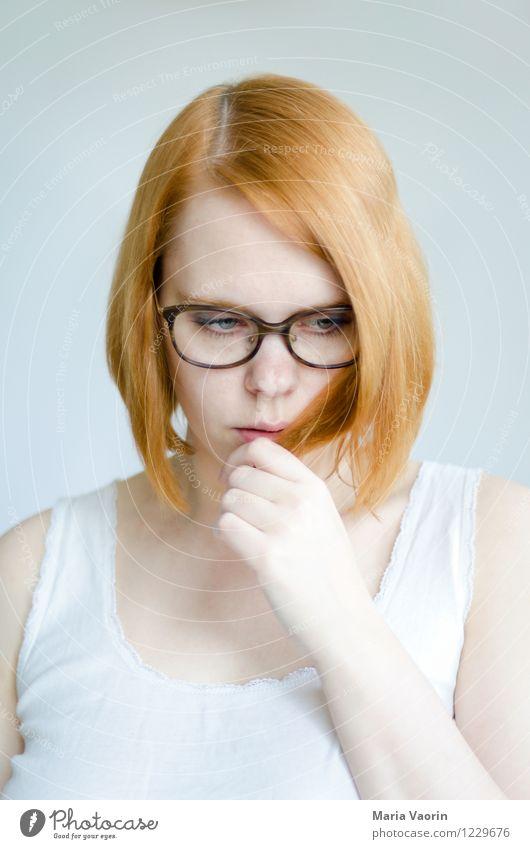 nachdenken Mensch feminin Junge Frau Jugendliche 1 18-30 Jahre Erwachsene T-Shirt Brille rothaarig langhaarig berühren Denken Traurigkeit authentisch hell