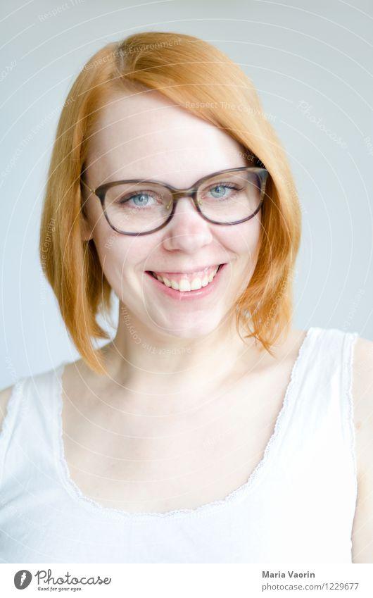 Brillenfetisch Mensch feminin Junge Frau Jugendliche 1 18-30 Jahre Erwachsene T-Shirt rothaarig langhaarig Lächeln lachen authentisch Freundlichkeit