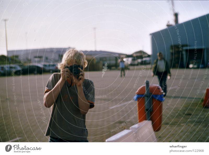 Fährhafen Müllbehälter Gebäude Fotografie Gemälde Außenaufnahme gehen Jugendliche Mensch Fotokamera Konzentration Bewegung Dynamik