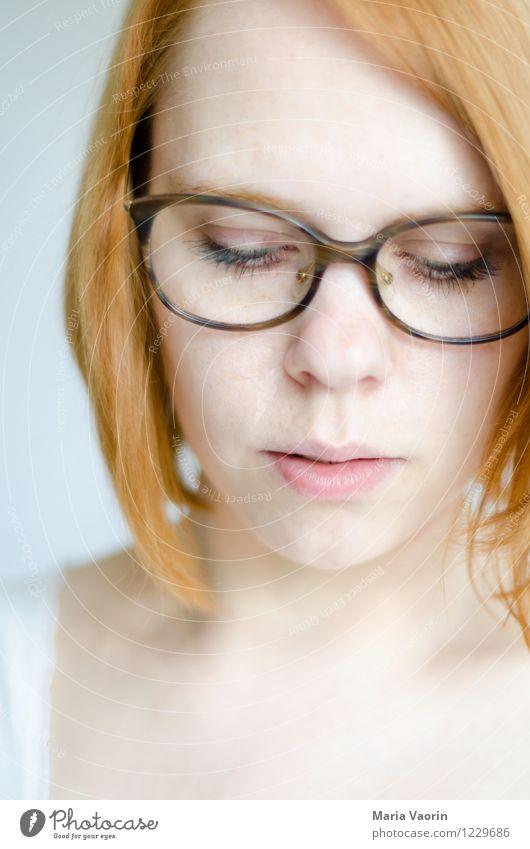 Brillenfetisch Mensch feminin Junge Frau Jugendliche 1 18-30 Jahre Erwachsene rothaarig langhaarig träumen Traurigkeit authentisch einzigartig natürlich nerdig