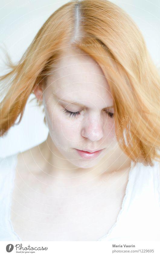 Die Träumerin Mensch Jugendliche schön Junge Frau Einsamkeit Erotik ruhig 18-30 Jahre Erwachsene Traurigkeit natürlich feminin Haare & Frisuren hell träumen