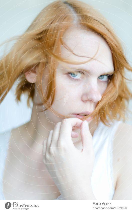 Mädchen im Wind Mensch feminin Junge Frau Jugendliche 1 18-30 Jahre Erwachsene rothaarig langhaarig Scheitel berühren Blick träumen schön einzigartig natürlich