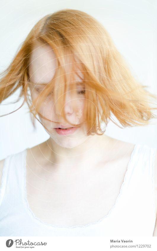 Wind im Haar 2 Mensch feminin Junge Frau Jugendliche 1 18-30 Jahre Erwachsene rothaarig langhaarig Bewegung träumen natürlich Reinheit Zufriedenheit Erholung