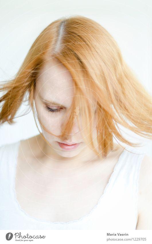 Windig draußen Mensch Jugendliche schön Junge Frau Einsamkeit 18-30 Jahre Erwachsene Traurigkeit natürlich feminin Haare & Frisuren träumen authentisch weich