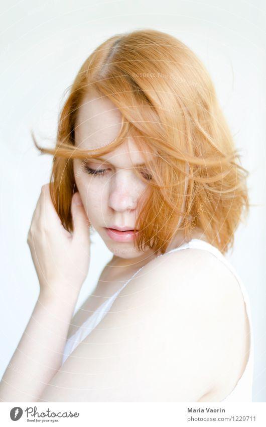 Rotschopf im Wind Mensch Jugendliche schön Junge Frau Erholung Einsamkeit Erotik ruhig 18-30 Jahre Erwachsene natürlich feminin Haare & Frisuren fliegen hell