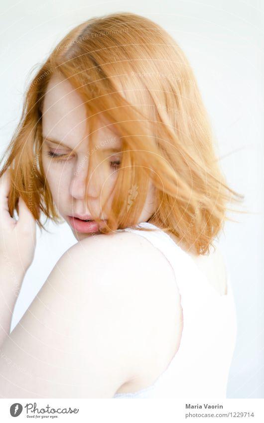 Vom Winde verweht Mensch feminin Junge Frau Jugendliche 1 18-30 Jahre Erwachsene T-Shirt rothaarig langhaarig berühren genießen träumen authentisch hell schön