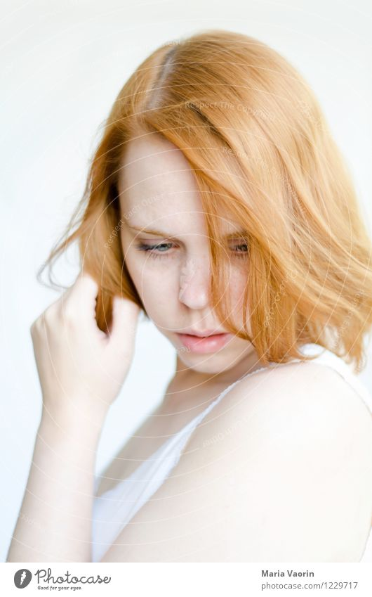 Verträumt Mensch feminin Junge Frau Jugendliche 1 18-30 Jahre Erwachsene T-Shirt rothaarig langhaarig berühren träumen authentisch schön natürlich weich