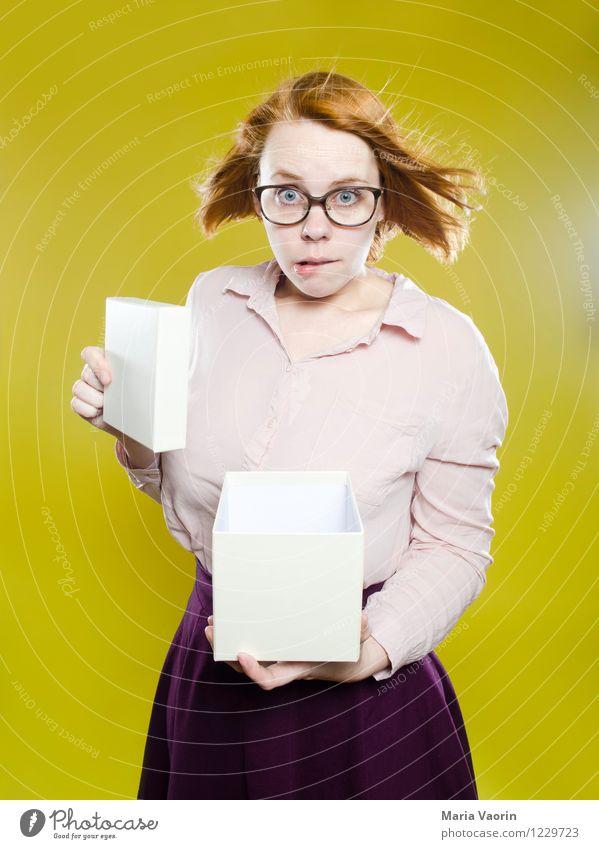 Shit! Mensch Jugendliche Junge Frau 18-30 Jahre Erwachsene gelb Leben feminin außergewöhnlich Lifestyle Geburtstag authentisch verrückt Geschenk kaufen Neugier