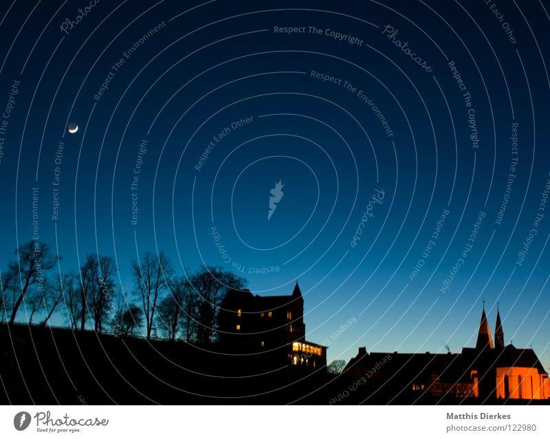 17:45 Himmel blau alt schön Baum kalt Architektur Religion & Glaube Gebäude Beleuchtung Angst groß Stern Turm Romantik Ast