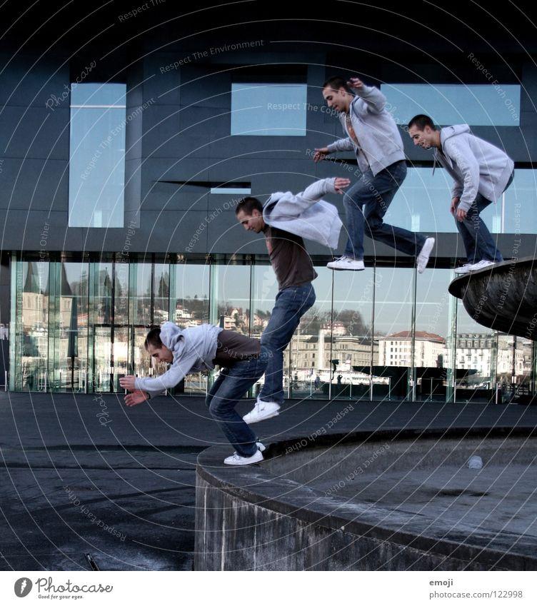 the sandybrunnenjump springen Fotografie 4 Mann hüpfen Platz Luzern Gebäude Spiegel Stunt Stuntman Montage Reihe Momentaufnahme Verkehrswege Spielen Bild