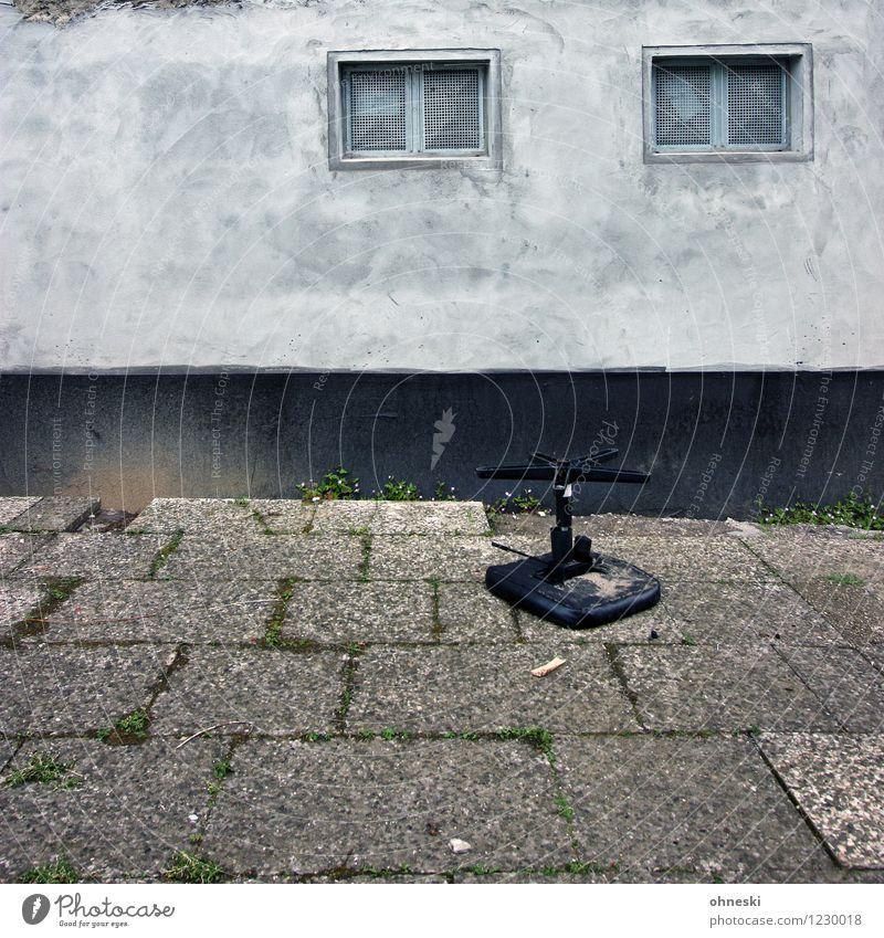 Ausgesessen Haus Mauer Wand Fassade Fenster Stuhl Stein Beton alt hässlich trist Stadt grau Endzeitstimmung Verfall Verzweiflung Unkraut Armut Wohnungssituation
