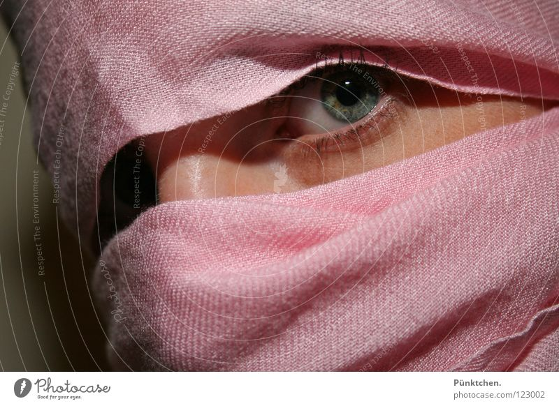 Augen blicken! Frau Mensch blau grün schwarz Wand Kopf grau Angst rosa Haut Nase Hautfalten verstecken Momentaufnahme