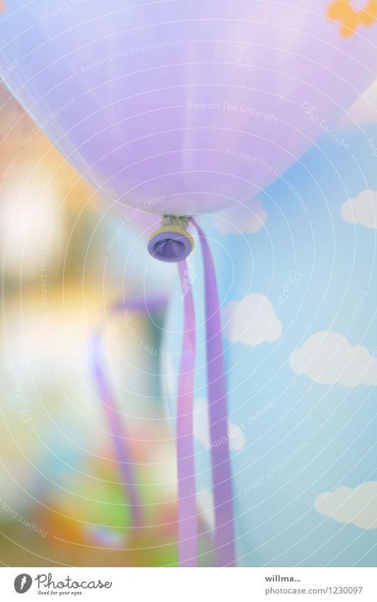 lila luftballon Luftballon violett Leichtigkeit Feste & Feiern Kindergeburtstag Party hell-blau Pastellton Wolkenhimmel Fröhlichkeit zart leicht aufgeblasen