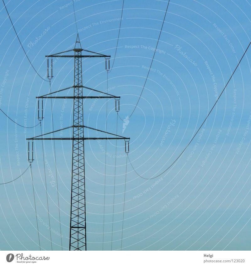 Stromlinien.... Strommast Elektrizität Draht groß Macht Geometrie Stahl elektrisch emporragend gefährlich Leitung Lebensgefahr Koloss Energiewirtschaft quer