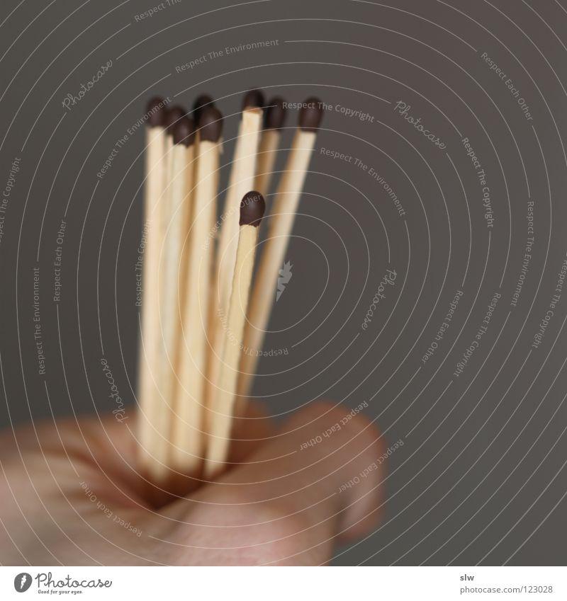 Zündhölzer Hand grau Brand brennen Streichholz ziehen anzünden