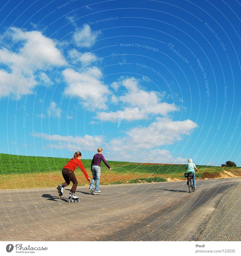 Sommer im Quadrat 1.4 Mensch Frau Himmel Natur Jugendliche alt Sommer Freude Wolken Erwachsene Landschaft Straße Sport Leben Frühling Wege & Pfade