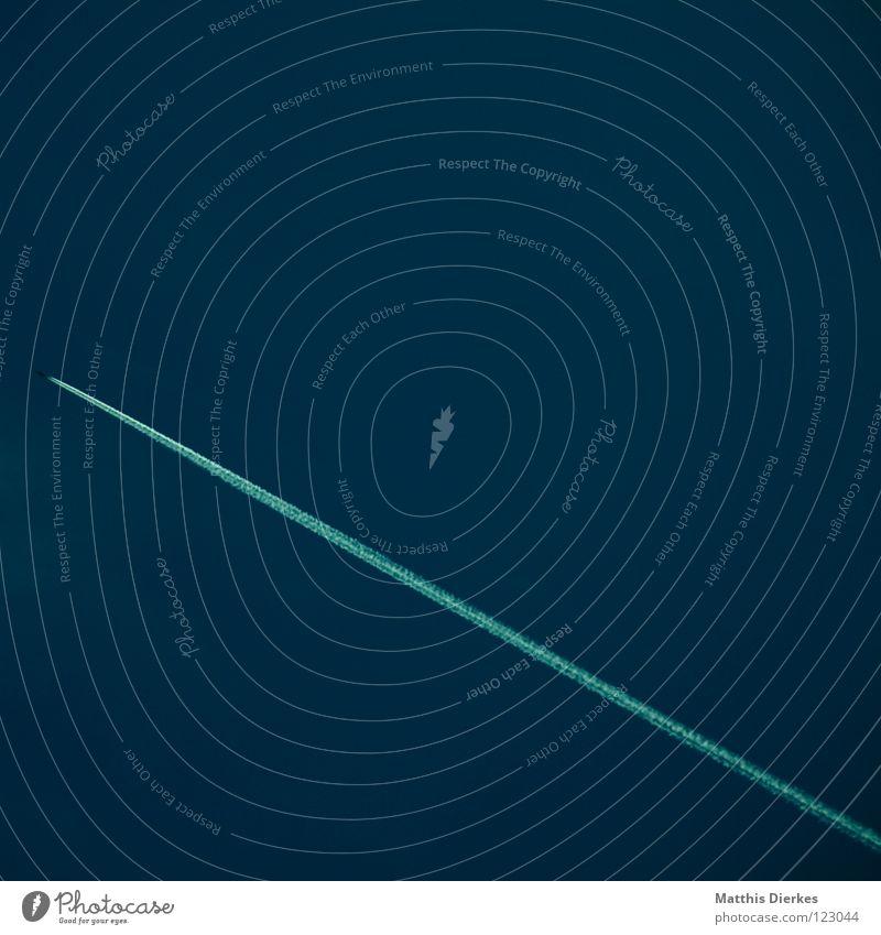 Flieger schön weiß blau schwarz dunkel Linie Flugzeug Umwelt Sicherheit Luftverkehr Güterverkehr & Logistik bedrohlich Streifen geheimnisvoll Flughafen Abgas
