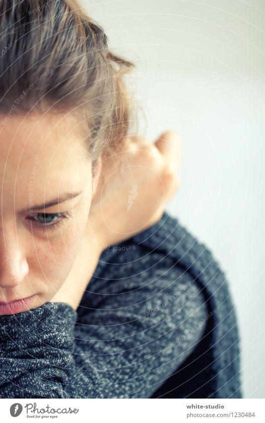 Nicht so gut drauf! feminin Junge Frau Jugendliche Erwachsene Kopf Gesicht 1 Mensch 18-30 Jahre Denken Porträt Blick in die Kamera schweifen Traurigkeit
