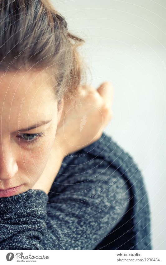 Nicht so gut drauf! Mensch Frau Jugendliche Junge Frau Einsamkeit 18-30 Jahre Erwachsene Gesicht Traurigkeit feminin Denken Kopf Müdigkeit Verzweiflung