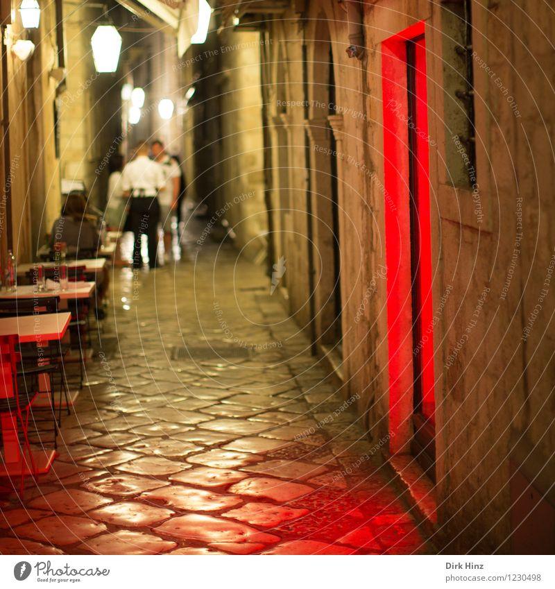 Rotlicht in Dubrovnik Mensch Frau Erwachsene Mann 4 18-30 Jahre Jugendliche Altstadt Haus Mauer Wand Tür Sehenswürdigkeit Wahrzeichen Denkmal braun rot